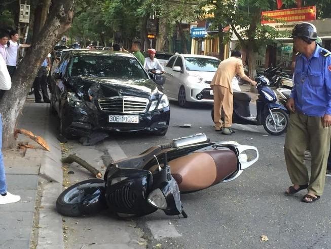 Xế hộp va chạm 2 xe máy, 4 người nhập viện