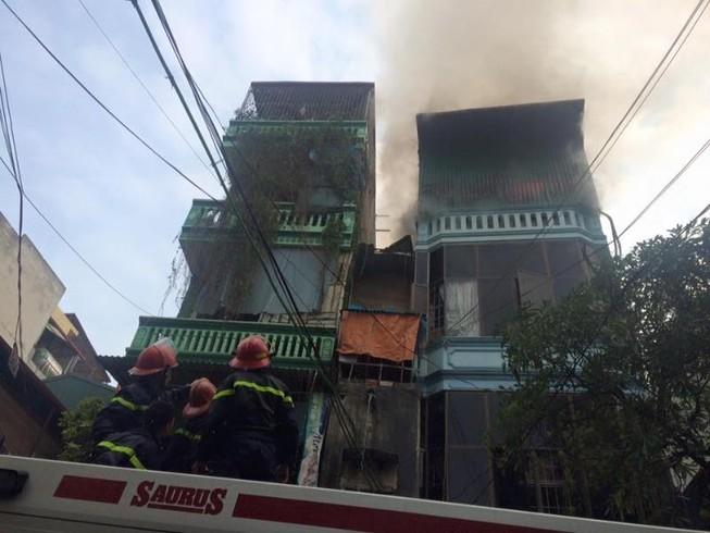 Hà Nội: 1 căn nhà 4 tầng bốc cháy giữa trưa nắng