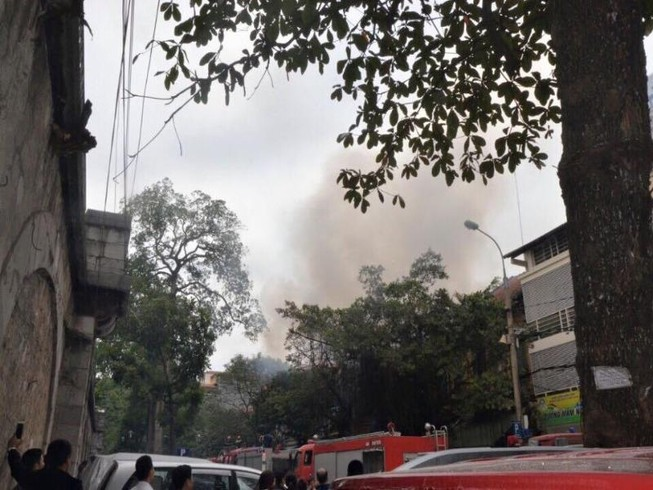 Cháy 2 nhà liền kề trên phố Phùng Hưng, Hà Nội