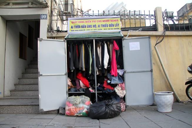 Hà Nội: Xuất hiện tủ quần áo miễn phí cho người nghèo