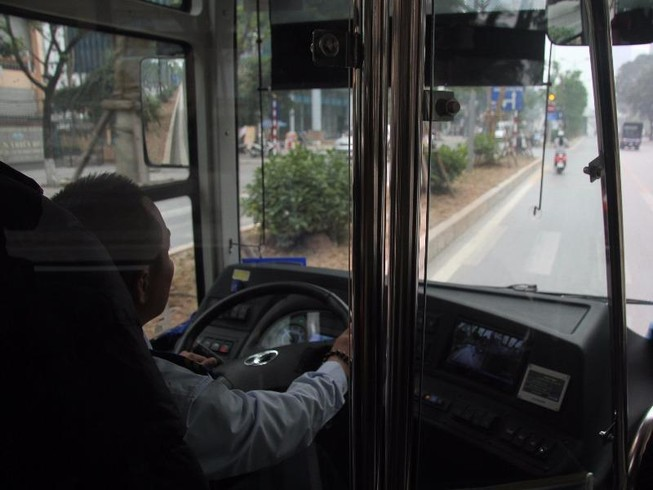 Đường thoáng,ô tô, xe máy vẫn tranh đường xe buýt nhanh