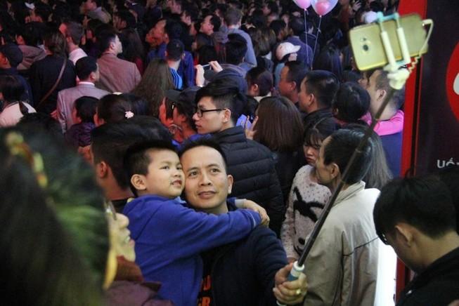 Biển người chen nhau tại phố đi bộ Hà Nội