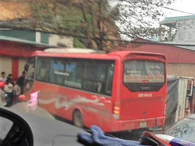 Xe khách va chạm xe tải, 4 người bị thương