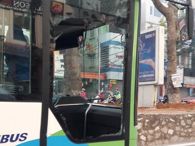 Bị taxi tạt đầu, xe buýt nhanh gặp nạn trên đường