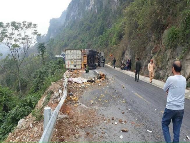 Container lật nghiêng trên quốc lộ, 2 người tử vong