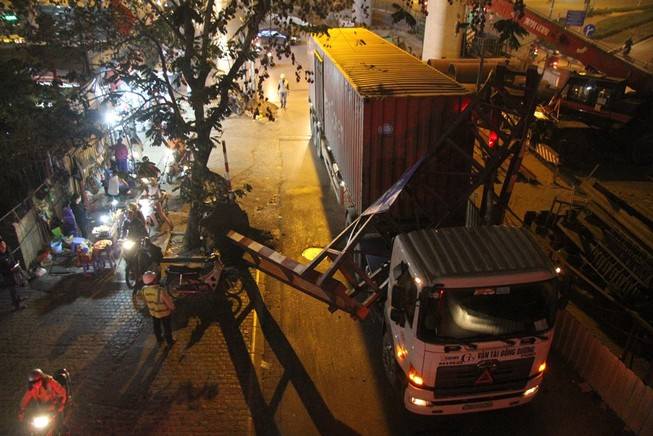 Xe container đâm gãy gập thanh giới hạn chiều cao 3,5m