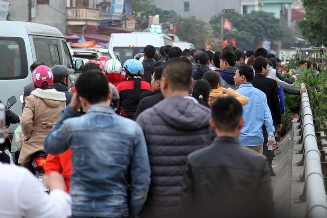 Đường vào chợ Viềng tắc dài vài cây số