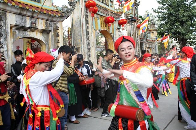 'Con đĩ đánh bồng' sôi động làng Triều Khúc