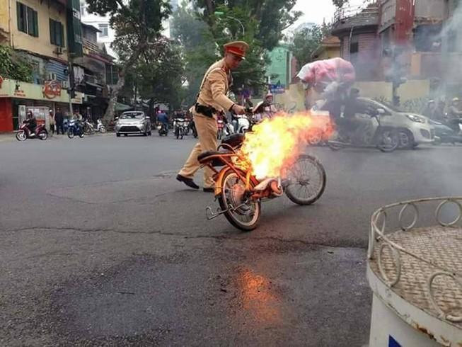 Đang chạy xe đạp điện trên phố thì xe cháy đùng đùng