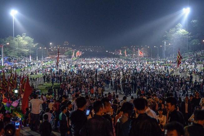 Đền Hùng đông nghịt người trong đêm trước lễ