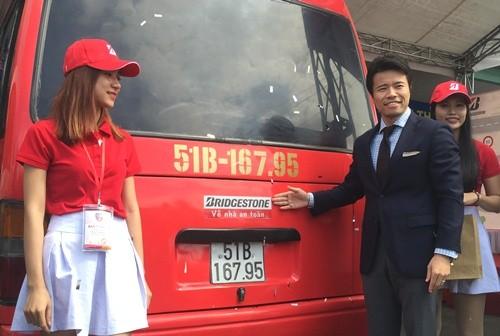 Tặng 3.000 bộ phản quang cho xe tải, xe buýt