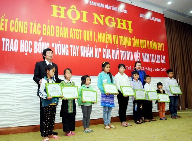 """Toyota trao học bổng """"Vòng tay nhân ái"""" ở Lào Cai"""