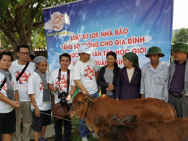 Các luật sư, nhà báo trao bò giống cho bà con vùng lũ