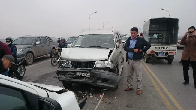 Hà Nội: Tai nạn liên hoàn, giao thông ùn tắc