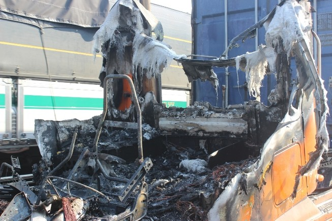 Tài xế container dùng bình cứu hỏa mini dập lửa bất thành
