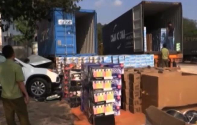 Hàng tấn hàng ngoại nhập lậu đổ về TP.HCM
