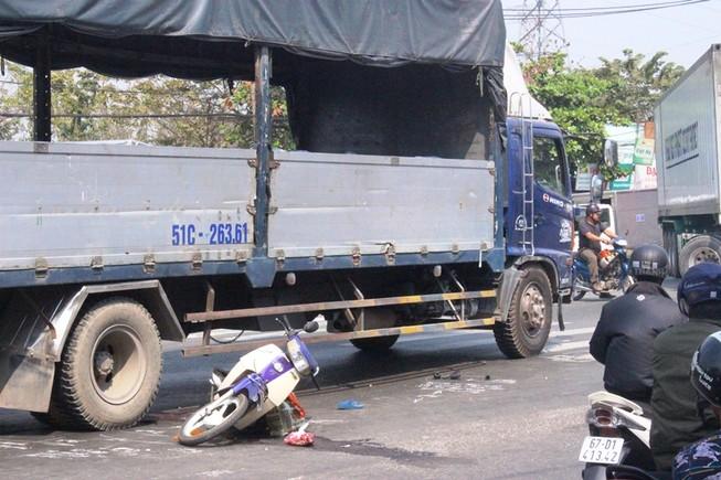 Bị xe tải cán qua, một cô gái nguy kịch