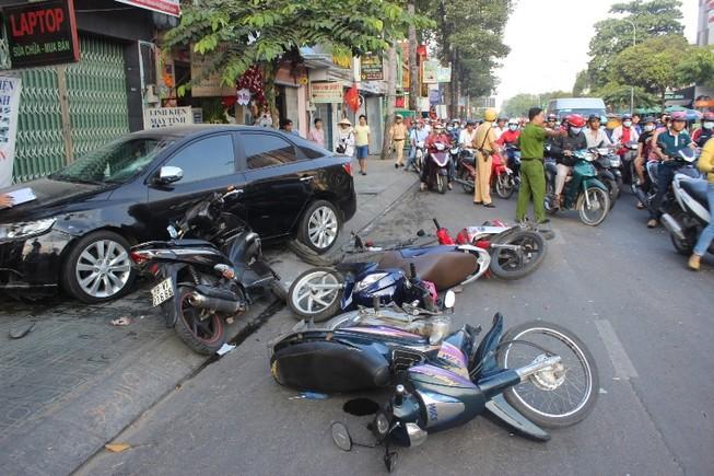 Buồn ngủ đạp nhầm… chân ga, tài xế gây tai nạn kinh hoàng