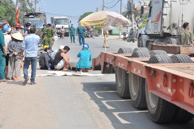 Va chạm, người phụ nữ ngã vào bánh xe container