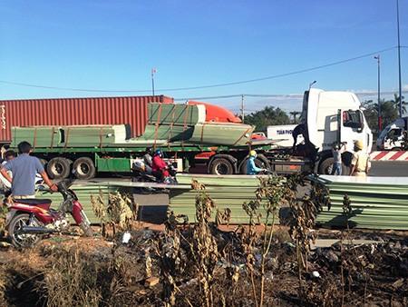 Hàng trăm miếng ván ép rơi xuống đường, quốc lộ ùn tắc nghiêm trọng