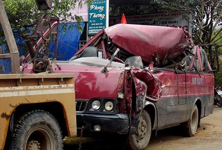 Xe khách nát bét sau va chạm với xe tải