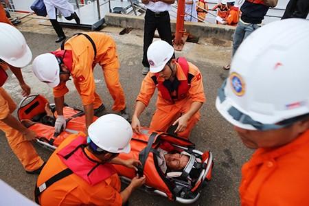 Tàu cảnh sát biển ra khơi cứu tàu cá gặp nạn trên biển