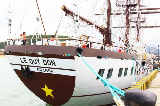 Tàu buồm đầu tiên của Việt Nam vượt bão về nước