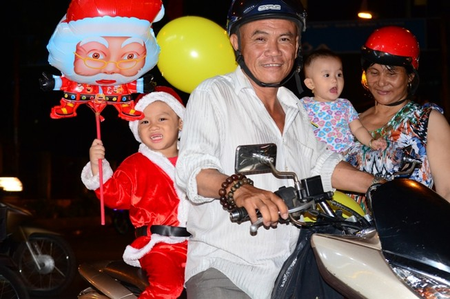 """Ông già Noel, công chúa tuyết """"nhí"""" tung tăng dạo phố cùng gia đình"""