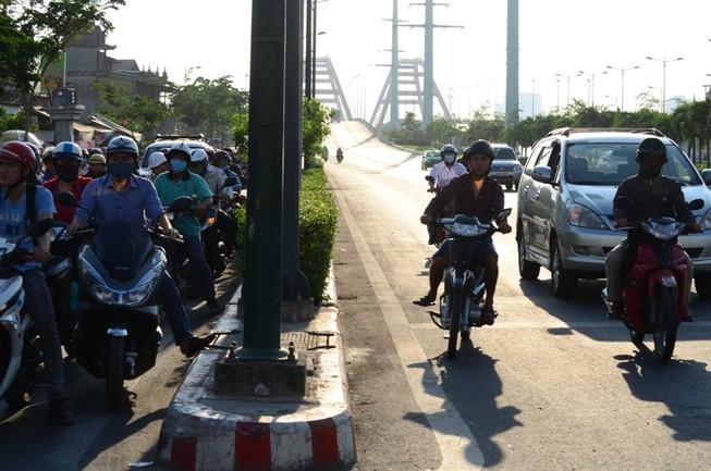Xe máy được chạy vào làn ô tô trên đường Phạm Văn Đồng