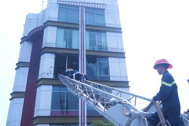 Kinh hãi cháy quán cà phê 5 tầng