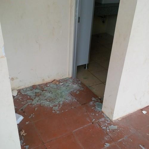 Nhà vệ sinh của công trình trăm tỉ bị đập phá, trộm đồ