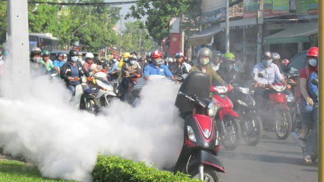 Xe Attila bất ngờ bốc khói ngùn ngụt trên đường, người dân hoảng loạn