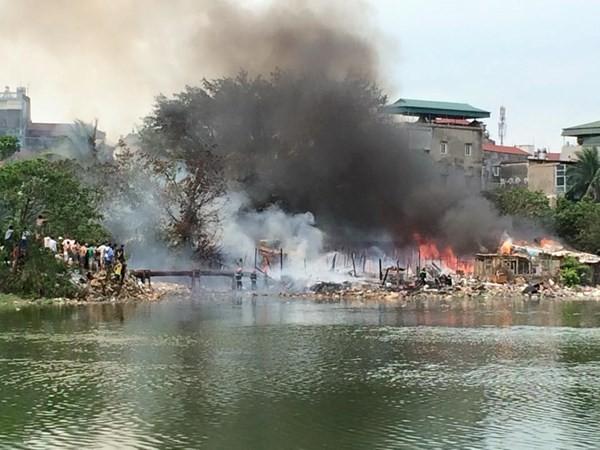 Khu nhà tạm ven hồ Linh Quang bùng cháy dữ dội