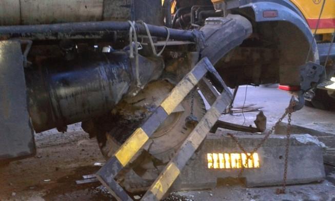 Xe bồn nổ lốp ủi dải phân cách bay hàng chục mét