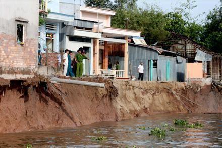 Tiền Giang: Sạt lở bờ sông đe dọa cuộc sống người dân