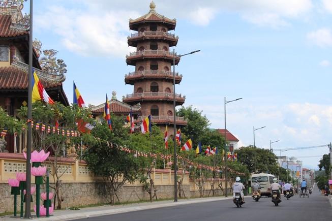 Huế rộn rã sắc màu mùa Phật Đản