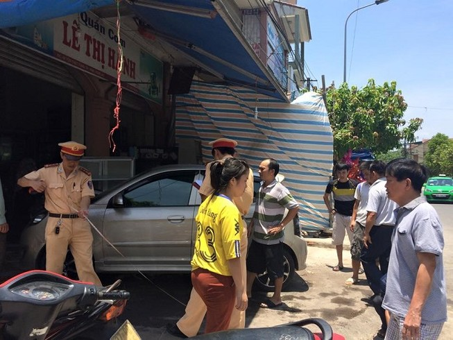Xe hơi mất lái, lao vào quán cơm tông 3 người đi cấp cứu