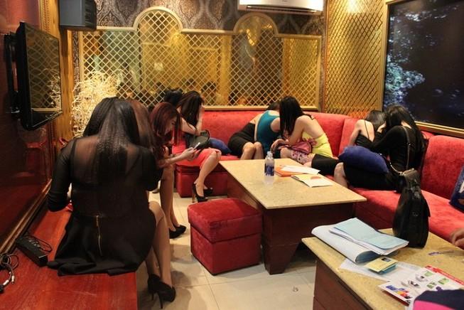 Vũ nữ khỏa thân múa khiêu dâm trong nhà hàng