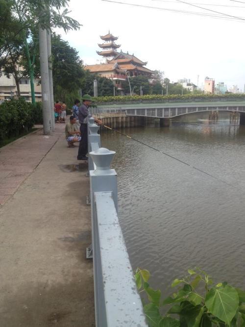 Người dân vô tư câu cá bất chấp bảng cấm có số điện thoại công an