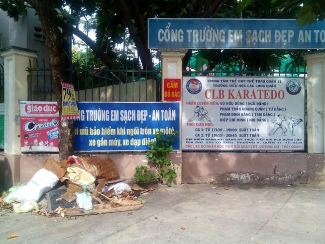 'Cổng trường em sạch đẹp' đầy rác