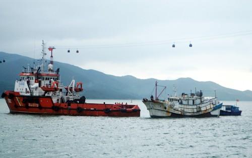 Cứu tàu cá cùng 10 ngư dân bị nạn ở Trường Sa