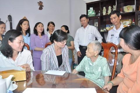 Lãnh đạo TP.HCM thăm mẹ Việt Nam anh hùng Lê Thị Ngạn