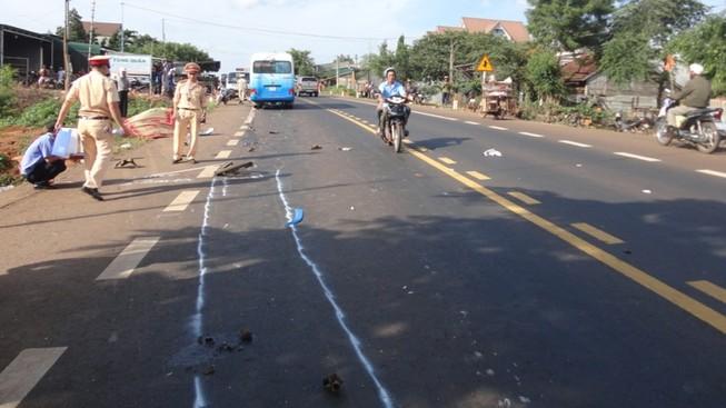 Xe máy kẹp 4 tông trực diện xe khách giường nằm, cả 4 người tử nạn