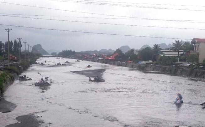 Người dân Quảng Ninh bất chấp nguy hiểm cố vớt than trôi