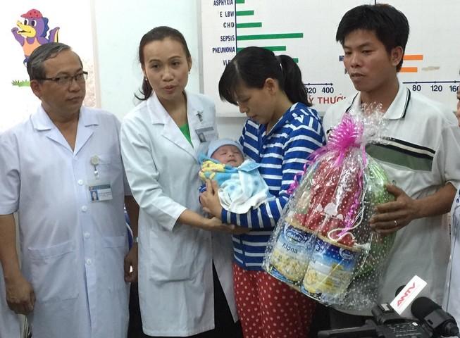 Bé sơ sinh bị đâm vào đầu ngày mai sẽ xuất viện