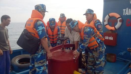 Bắt giữ tàu chở 140.000 lít xăng không rõ xuất xứ
