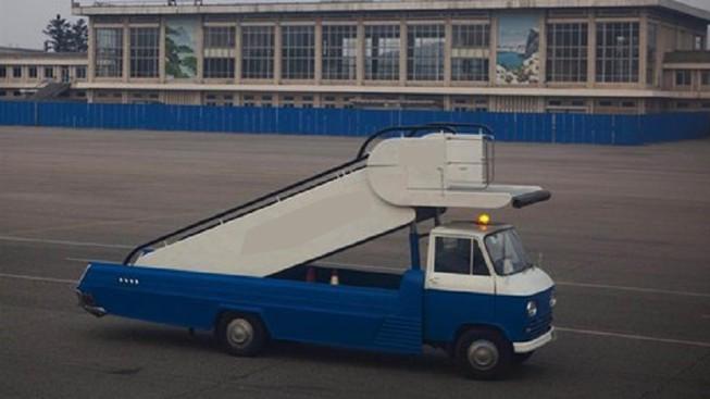Xe thang va vào đuôi máy bay tại sân bay Tân Sơn Nhất