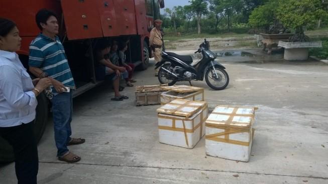 Phát hiện xe khách chở thực phẩm bẩn và xe máy bị trộm
