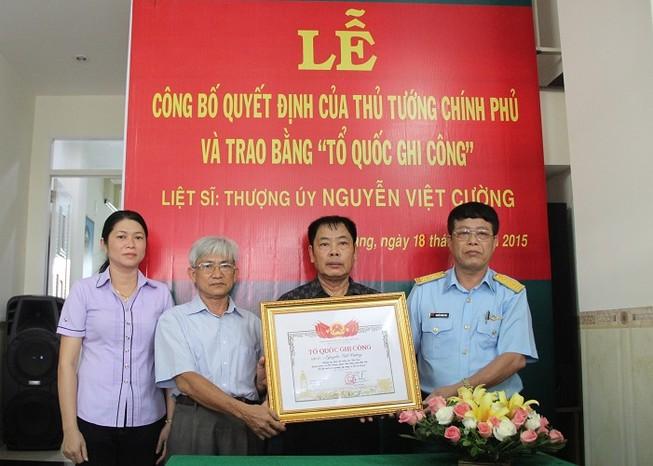 Trao bằng Tổ quốc ghi công cho Liệt sĩ, phi công  Nguyễn Việt Cường
