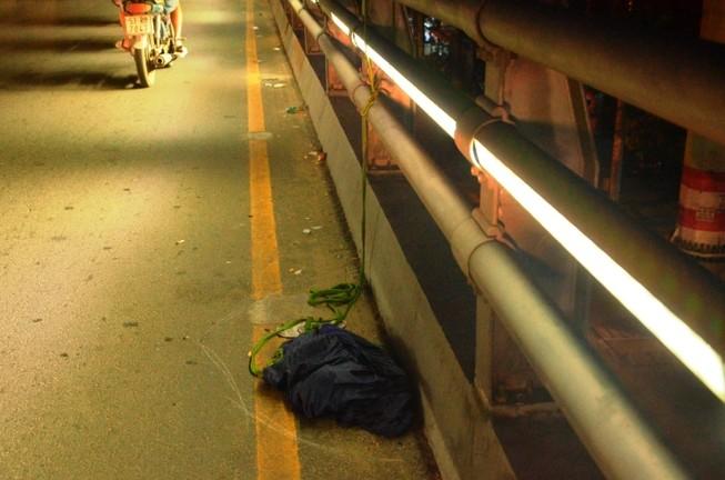 Ngăn cản người đàn ông treo cổ trên cầu vượt Cây Gõ